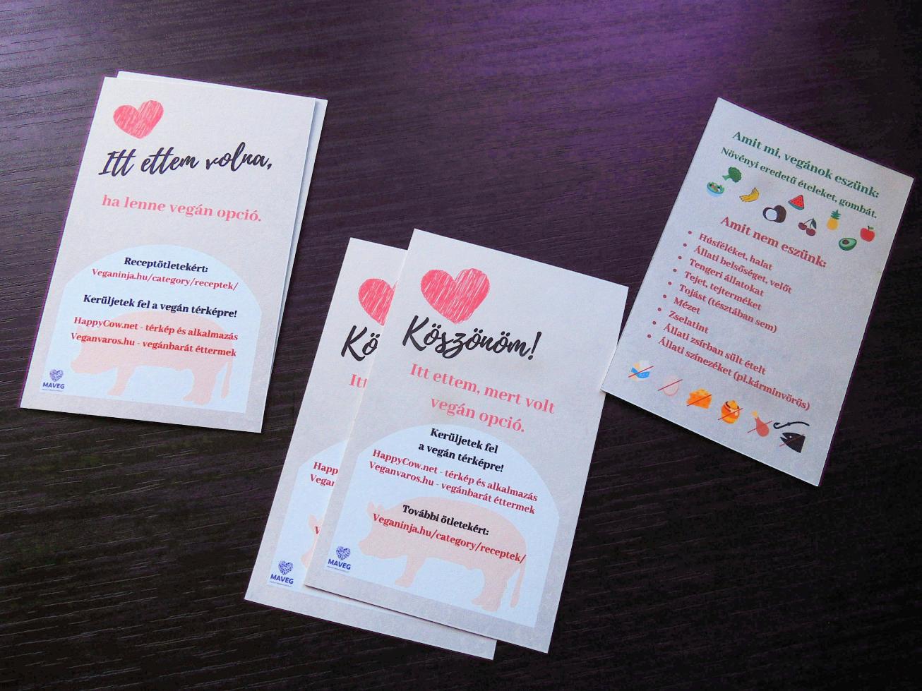 Színes információs kártyák egy asztalon